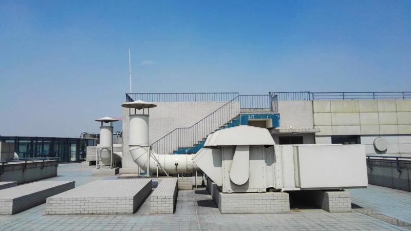 Equipo HVAC industrial en el techo de un edificio