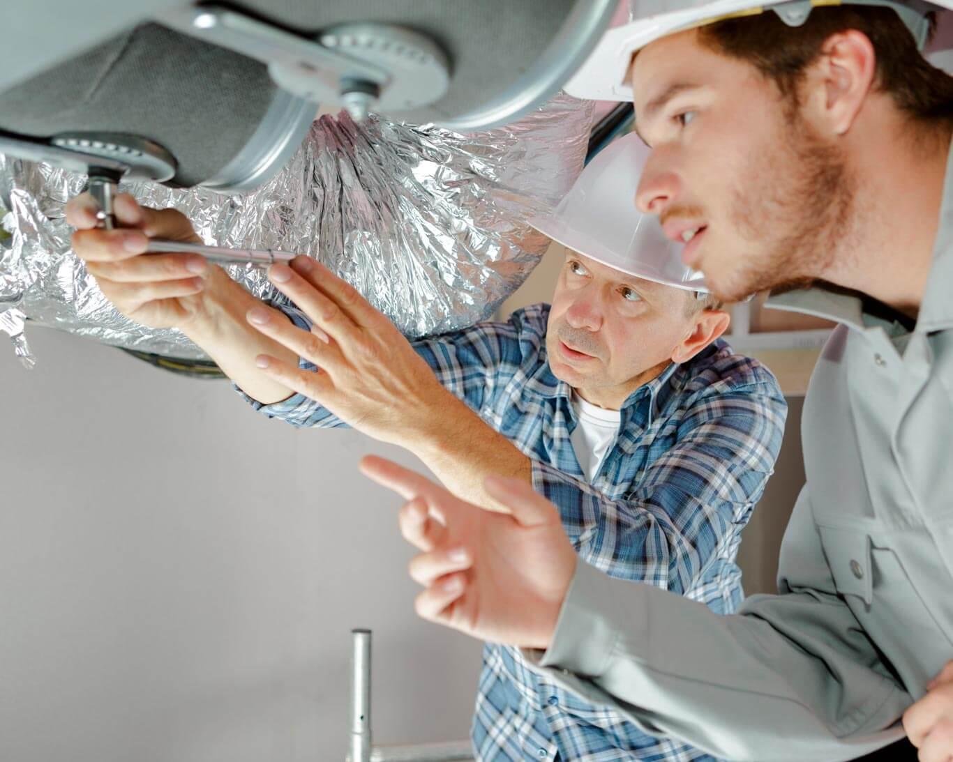 Gerente de mantenimiento supervisando su infraestructura de climatización