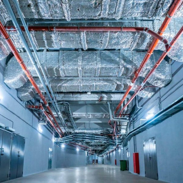 Tubería de aire acondicionado industrial dentro de una instalación