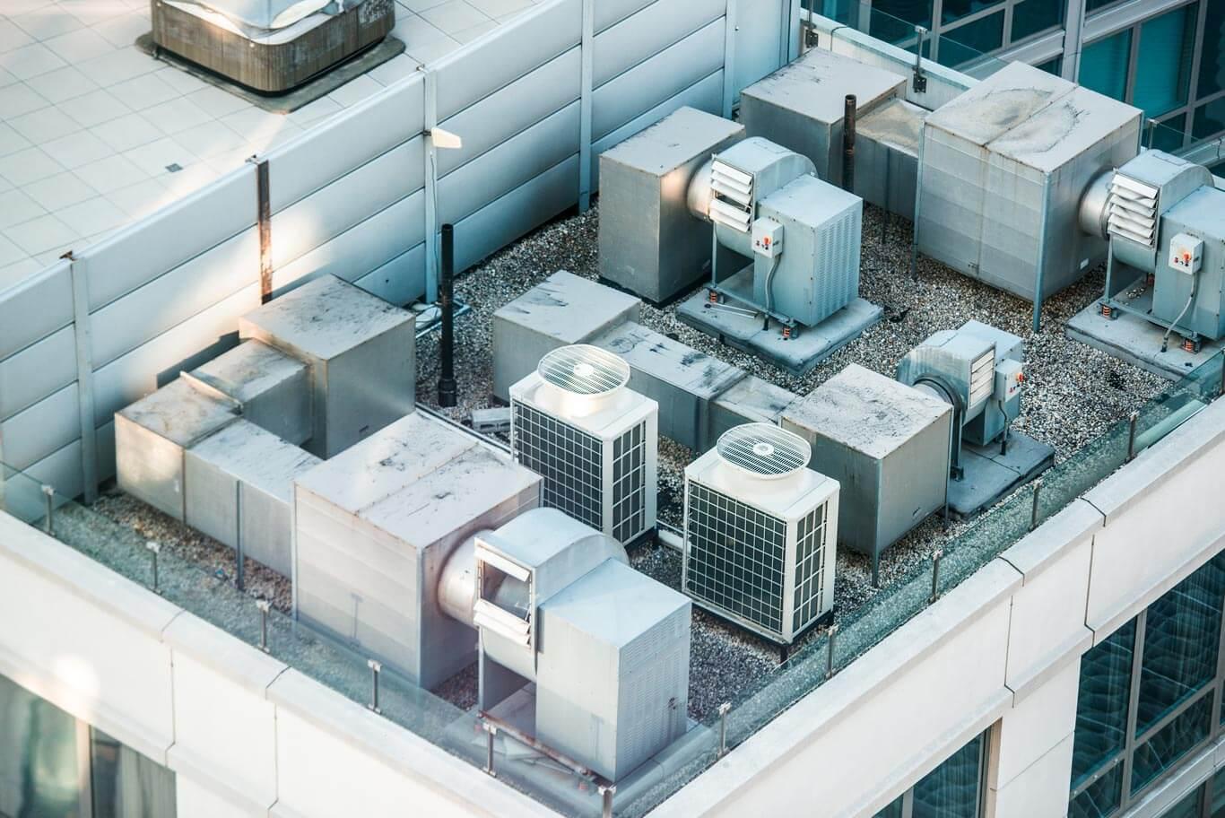 Equipos de control de temperatura industrial en el techo de una instalación.